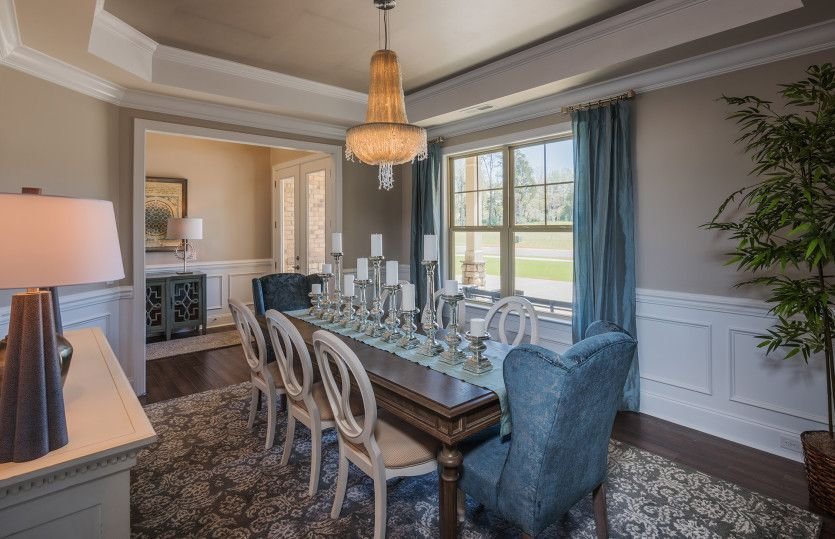 Dining-in-Greenbrier-at-McLean-in-Belmont
