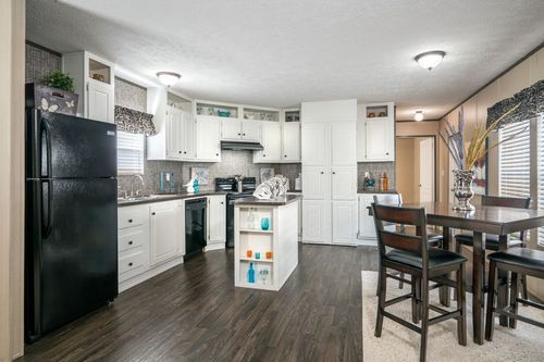 Kitchen-in-VISION EXTREME 76 C-at-Oakwood Homes-Lexington-in-Lexington