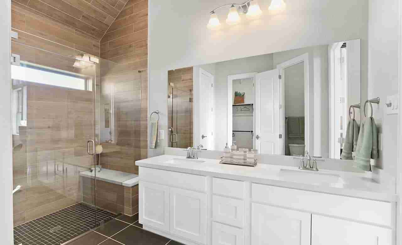 Oleander – Owner's Bathroom