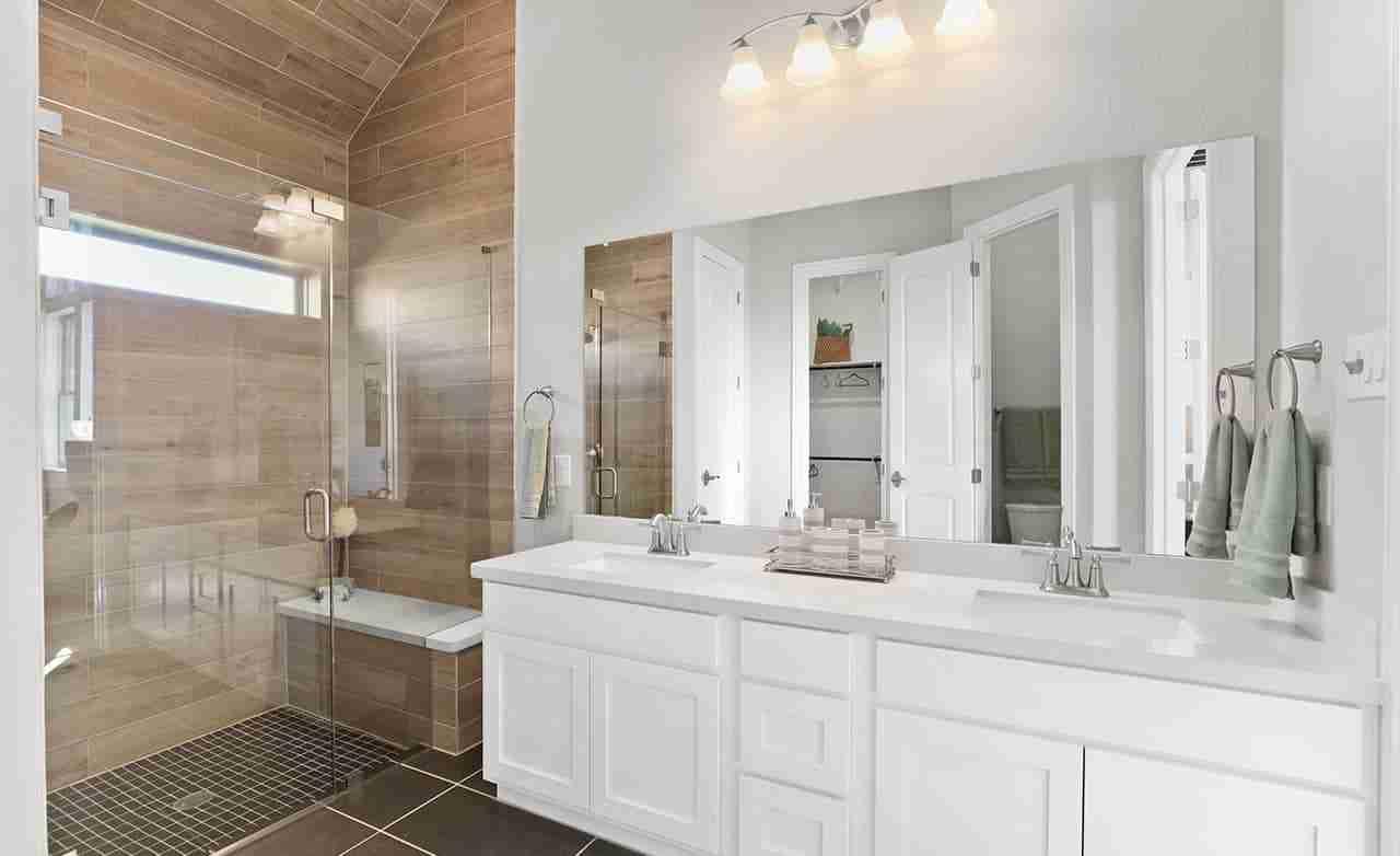Oleander – Owner's Bathroom