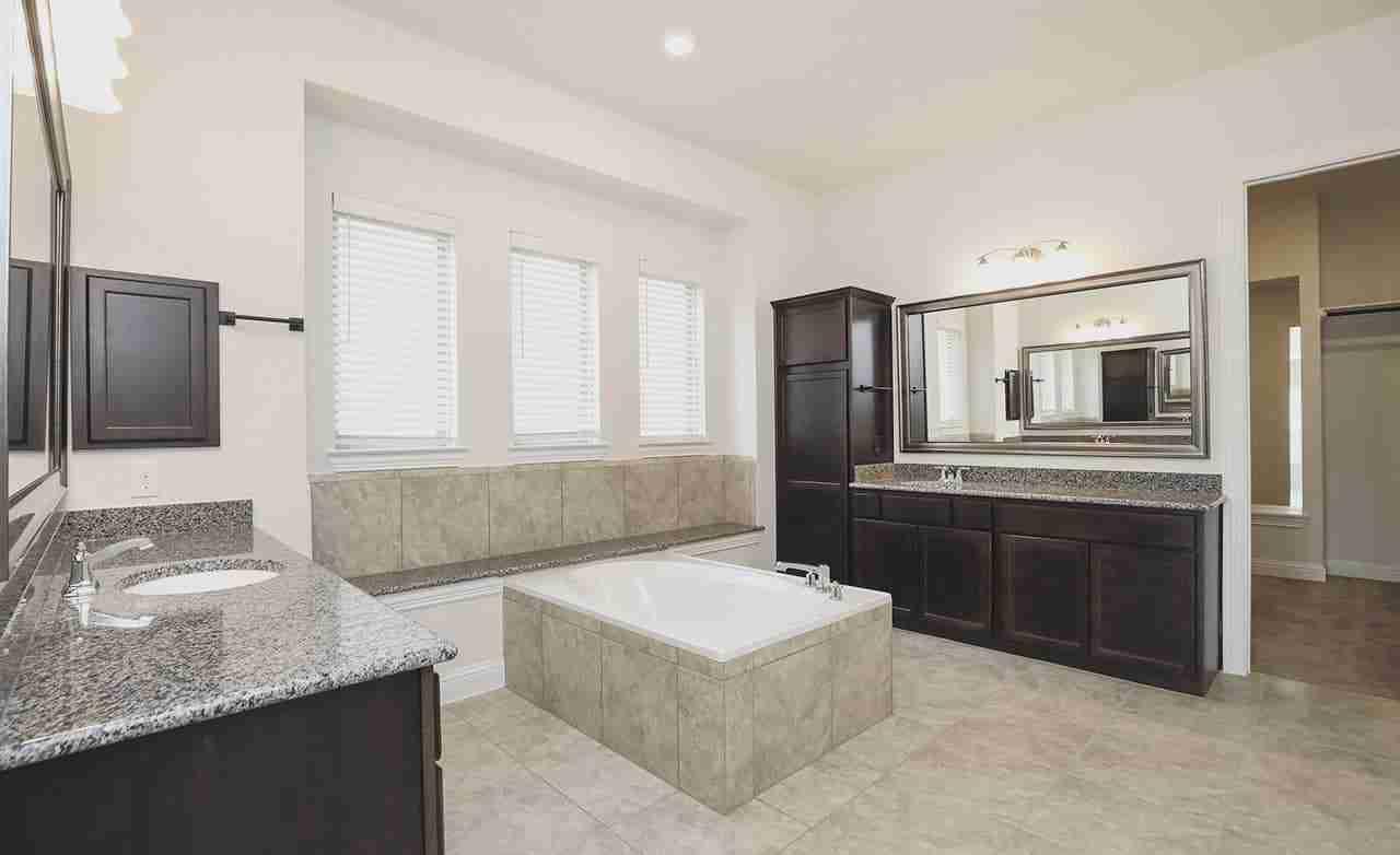 Villanova – Owner's Bathroom