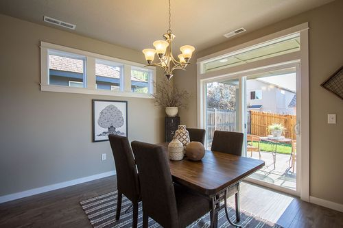 Dining-in-Talent-at-Maple Meadows-in-Redmond