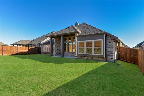 Rear-Design-in-Pacesetter - Sandstone I-at-Woodridge-in-Oak Point