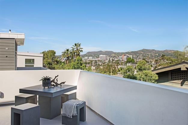Walk out deck:Spectacular views of the Hollywood Sign, Griffith Observatory, Griffith Park and surrounding Silver Lake hillsides
