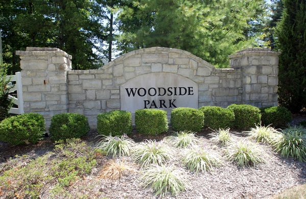 Entry monument:Woodside Park Entry