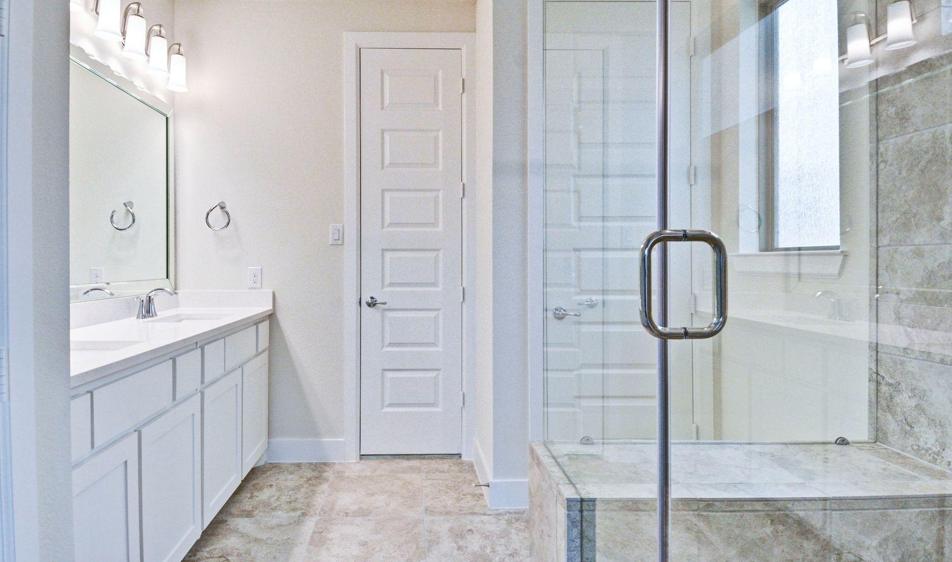 Interior:Gorgeous owner's bath