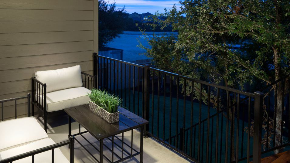 Rncho Sienna Brookstone II Collection Giallo Outdo:A convenient covered patio is perfect for enjoying warm evenings with the family.