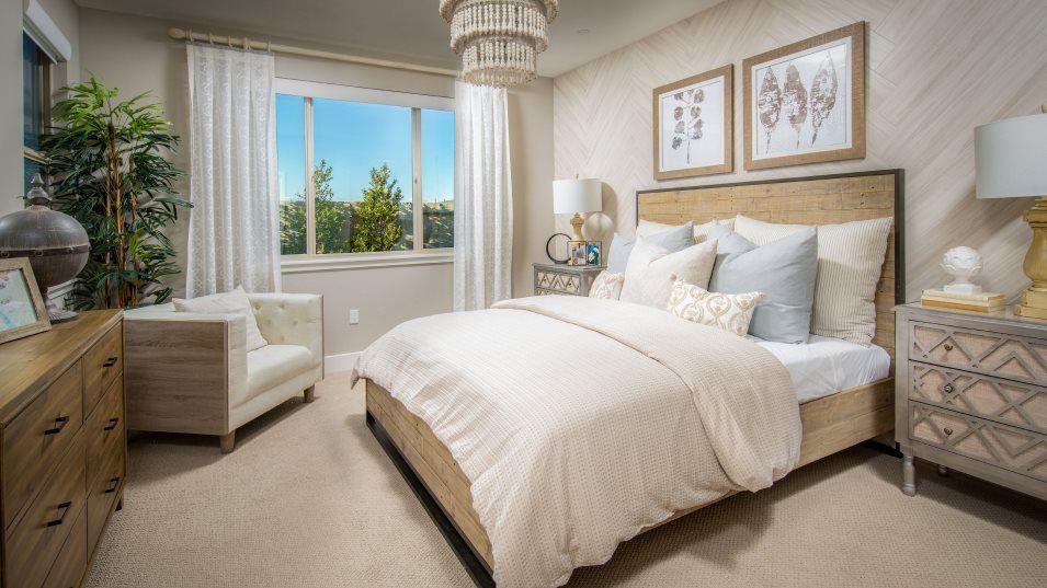 Heritage El Dorado Hills Legends The Monterey - 19:The owner's suite effortlessly combines comfort and luxury. The luxe bathroom has Thoughtful Design®