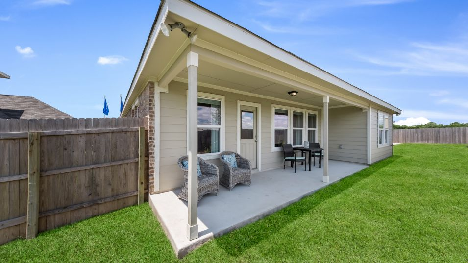 Voss-Farms Barrington, Brookstone II & Westfield L:The covered patio is the ideal setting to host sunny barbeques or outdoor celebrations with plenty o