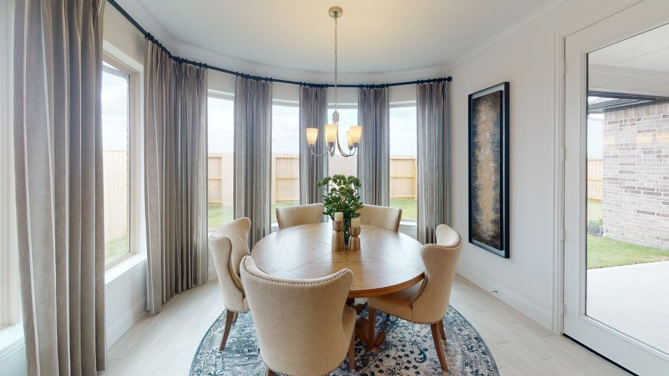 Towne Lake Cambridge Collection Ellsworth II Dinin:Designed for morning coffee, sunny lunches and good company, this bright dining room is joined with