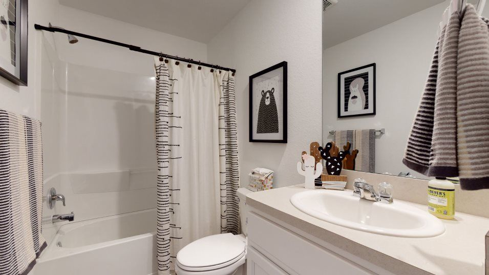 Winward nuHome Collection Los Fresnos Bathroom 2:A convenient full bathroom on the second floor is easily reached by any of the bedrooms.