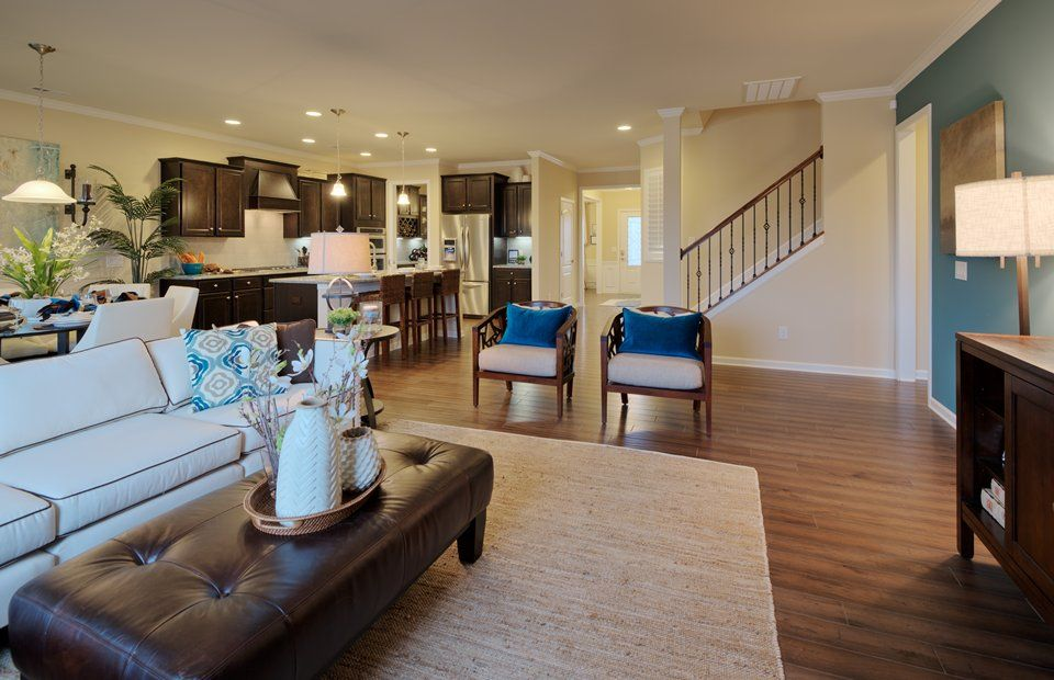 Continental:Cozy Gathering Room, Perfect for Family Movie Night