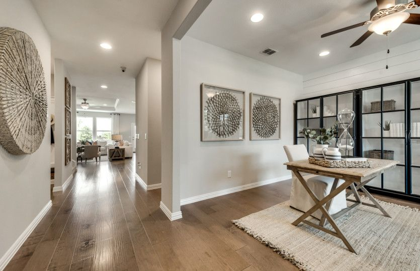 Sweetwater:Welcoming entryway with flexible living space