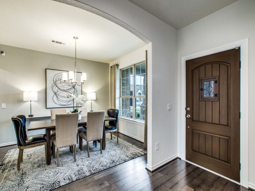 Mansfield:Welcoming entryway with dining room