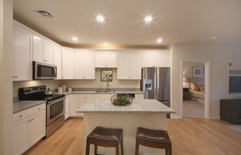 Enfield:Beautiful Kitchen with Large Center Island